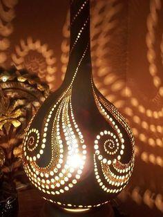 Gourd lamp deco a faire sur pottery Luminaire Original, Lampe Art Deco, Decorative Gourds, Dremel Projects, Gourds Birdhouse, Gourd Lamp, Painted Gourds, Nature Crafts, Bottle Art
