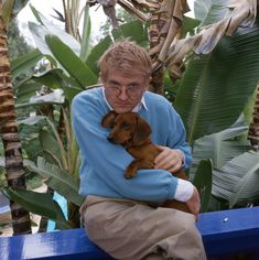 Arguably the most famous living artist today, U.-born David Hockney is seen holding one of his beloved short-legged dachshunds. David Hockney, Kehinde Wiley, Pop Art Movement, Most Famous Artists, Oscar Niemeyer, Dog Eyes, Pablo Picasso, Photos, Pictures