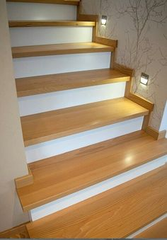Integra la luz If you are going to make renovation, take the opportunity to carry out a comprehensiv Staircase Makeover, Staircase Railings, Wooden Staircases, Bungalow House Design, House Front Design, Railing Design, Staircase Design, Stairway Lighting, Flooring For Stairs