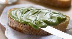 La nutella di pistacchio è una bontà unica: è un'ottima farcia per torte e biscotti, ma è strepitosa da gustare anche su una fetta di pane!
