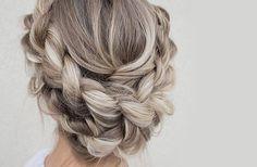 Tu as adoré la tendance cheveux gris mais n'a jamais osé sauter le pas ? Découvre le sand hair, un blond cendré ultra lumineux et plus simple à adopter.