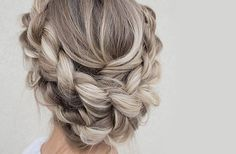 Tu as adoré la tendance cheveux gris mais n'a jamais osé sauter le pas? Découvre le sand hair, un blond cendré ultra lumineux et plus simple à adopter.