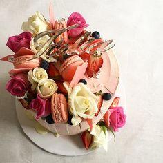 Cake deets 💕🍓🌹 #cake