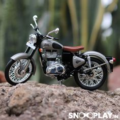 Desktop Background Pictures, Black Background Images, Royal Enfield Hd Wallpapers, Royal Enfield Classic 350cc, Royal Enfield India, Boys Girl Friend, Bullet Bike Royal Enfield, Bike Pic, Bike Photography