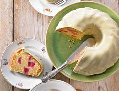 Fruchtiger Kuchen mit saftigen Rhabarber-Stücken in einer Hülle aus weißer Schokolade