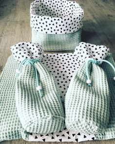 Nkleedkussenhoes and luiermandje. Diy Bebe, Baby Bjorn, Baby Sewing Projects, Baby List, Baby Furniture, Kids And Parenting, Diy For Kids, Baby Shower Gifts, Sewing Patterns