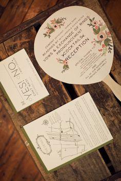 una manera original de entregar el programa de la boda a tus invitados puede ser