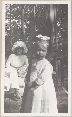 Em primeiro plano: Tatiana Pistohlkors, sobrinha de Anna Vyrubova.