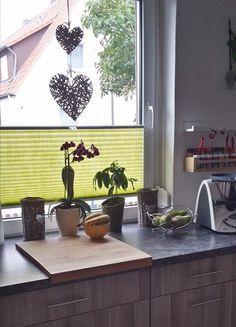 apfelgrünes Plissee am Küchenfenster /  applegreen pleated blind on the kitchen window