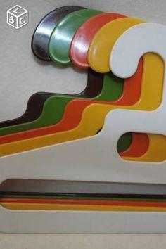 Cintres vintage design années 70 Ingo Maurer Living Room Kitchen, Living Room Interior, Ingo Maurer, 70s Home Decor, Age Of Aquarius, Malm, Vintage Design, Hangers, Interior Decorating