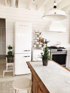 44 Inspiring Design Ideas for Modern Kitchen Cabinets - The Trending House Smeg Kitchen, Smeg Fridge, Modern Kitchen Cabinets, 1950s Kitchen, Updated Kitchen, Kitchen Art, Kitchen Utensils, Kitchen Ideas, Vintage Fridge
