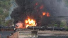 Las llamas y una gran columna de humo negro se pueden ver en esta fotografia proporcionada por la Ciudad de Lynchburg, Virginia, tras el descarrilamiento de un tren que transportaba petroleo.