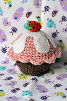 Un dulce regalo para todos!!!! Un cupcake!!!!...y con hartos detalles. como me gustan los patrones a mi :)   BaseCon color café oscuro.Vta 1: 6 cs en anillo mágico. Colocar un marcador para indicar el