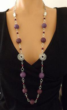 Sautoir perles texturées couleurs prune, violet et bordeaux montées sur chaîne en métal argenté. : Collier par vilicreation