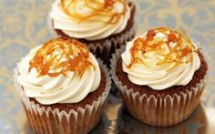 Toffee apple cupcakes (delicious, I made them for a bonfire night party!) Give your cupcakes an autumnal feel by making these easy toffee apple cupcakes. A light apple cake, topped with toffee cream and an impressive sugar swirl Food Cakes, Cupcake Cakes, Cup Cakes, Fruit Cupcakes, Gourmet Cupcakes, Mini Cakes, Bonfire Night Food, Sauce Caramel, Fall Baking