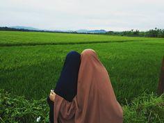 Dia Temanku, dia Sahabatku Dia sudah kuanggap sebagai Adik Perempuanku. Dia juga yang mengajakku untuk lebih dekat Kepada Rabbku ❤… Hijab Niqab, Muslim Hijab, Mode Hijab, Hijab Outfit, Hijabi Girl, Girl Hijab, Niqab Fashion, Muslim Fashion, Muslim Girls