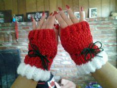 Santa's Helper fingerless gloves - no pattern, just a picture Loom Knitting Projects, Loom Knitting Patterns, Yarn Projects, Crochet Projects, Loom Crochet, Crochet Mittens, Crochet Gloves, Circle Loom, Loom Hats