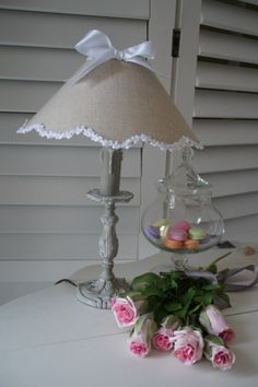 Lampe esprit shabby, comprenant un pied ancien relooké et un abat-jour festonné en lin naturel : Luminaires par patines-lin-et-coton