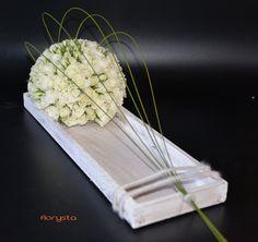 bol met witte roosjes, afgewerkt met flexigras
