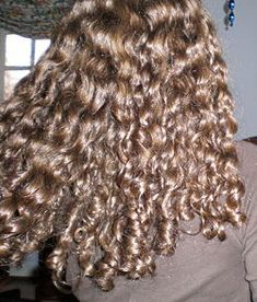 How to follow the Curly Girl Method: A detailed article on taking care of curly hair.