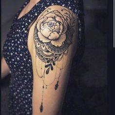 Tatouage femme Fleurs Noir et gris sur Épaule