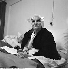 Zittende Zeeuwse vrouw in bed vlak na de watersnoodramp, Zeeland (1953) Fotograaf: Ed van Wijk Krabbendijke ?  #Zeeland #ZuidBeveland #protestant