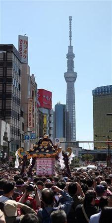 最高潮「宮出し」三社祭(大里直也撮影)(産経新聞)