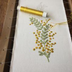いいね!296件、コメント8件 ― Naoko Asagaさん(@pontomarie)のInstagramアカウント: 「日本刺繍でミモザの半襟刺繍中。 ・ そして唐突にフランス刺繍新刊のご案内です。今月下旬、「植物刺繍Plants…」
