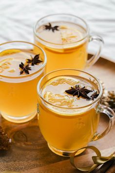 Mulled white wine A classic everyone loves! Mulled white wine with oranges and spices that makes your home smell like gingerbread! So easy and made in 20 minutes! Great for holidays and chilly Fall evenings. Easy Drink Recipes, Vegetarian Recipes Easy, Wine Recipes, Wassail Recipe, Toddy Recipe, Winter Drinks, Summer Drinks, Fancy Drinks, Mulled White Wine