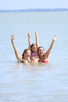 Na een uur rijden van #Boedapest bent u al bij het #Balatonmeer aangekomen.U kunt de uitgekozen  #vakantiehuisje in om even uitpakken, koffie zetten, benen trekken en de bikini/zwembroek aandoen.Het huisje staat alleen maar paar 100 m van het water - echt ideaal!  http://huntravel.nl/hunspecials/