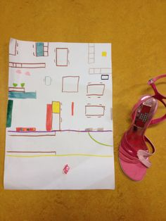 Kleuter a verstopt de grote schoen in d klas. De anderen sluiten hun ogen. Daarna mag kleuter a het kleine schoentje op het plattegrond leggen. En dan mogen de andere kinderen zoeken!