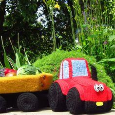 Traktor s vlečkou Autorská hračka pro nejmenší - traktor se zapojovací vlečkou - je vyrobená v kombinaci pletení a háčkování. Traktor má na zapojení ouško, kterým se provleče oje vlečky a zapne se na knoflík. Vlečka má bočnice také na odepínání a zapínání na knoflíky. Traktůrek i vlečka jsou z molitanu a jednotlivé díly jsou obpleteny a obháčkovány akrylovou ... Toys, Car, Crafts, Tractor, Automobile, Manualidades, Toy, Handmade Crafts, Games