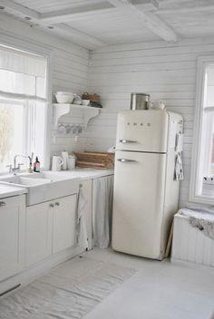 Home Interior Living Room .Home Interior Living Room Rustic Kitchen, Country Kitchen, Vintage Kitchen, Kitchen Decor, Vintage Fridge, Kitchen Tables, Kitchen Ideas, Kitchen Cabinets, Cottage Kitchens