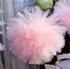 Décoration boule pompon tulle. Décorez avec légèreté vos plafonds grâce à ces jolies boules de tulles disponibles en différentes couleurs