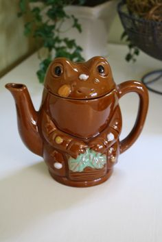 Love this 50s frog teapot! Kitsch wetlands teaparty!