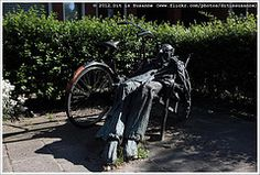 Hans Mes | Man in ligstoel (1984) (Dit is Suzanne) Tags: sculpture art netherlands bicycle bronze kunst nederland sculptuur 1984 groningen fiets brons    img6883  hansmes views150   ditissuzanne canoneos40d  sigma18250mm13563hsm 09092012 maninligstoel