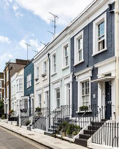 Colorful houses in Kensington, London London Townhouse, London House, London City, Tower Of London, Chelsea London, London Apartment Interior, Townhouse Exterior, London Dreams, Beautiful Homes