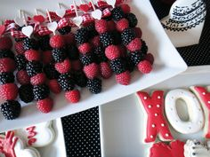 Worth Pinning: Fresh Fruit Skewers and Frozen Strawberry Limeade Smoothie - Appetizers Valentine Desserts, Valentines Day Treats, Holiday Treats, Frozen Fruit, Fresh Fruit, Healthy Treats, Yummy Treats, Strawberry Limeade, Fruit Skewers