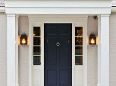 La entrada de la puerta principal | blanco limpio con el color azul marino náutico | Bevolo de montaje empotrado Coach House en la linterna eléctrica