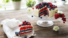 Kake i flaggets farger - Norwegian 17 May cake (Norwegian national day) Norwegian Food, Norwegian Recipes, Dessert Recipes, Desserts, Cute Food, Pavlova, Creative Food, Let Them Eat Cake, Yummy Cakes