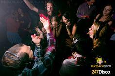 Silent Disco Party Leise disco rucksack disco mieten www.247disco.de / Telefon-Nr. 015739275975 Nicht nur das man die Lautstärke selbst einstellen kann Nicht nur das man die Lautstärke selbst einstellen kann, einfach Kopfhörer absetzten und schon kann man auch mal eine gepflegte Unterhaltung zwischendurch führen. Dazu kann man die Kopfhörer individuell so einstellen, das man zwischen den beiden vorgegeben Titeln wechseln kann. Zudem sieht es fantastisch aus die Menschen scheinbar ohne Musik