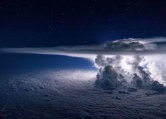 En el cielo también hay tormentas... | Un colosal cumulonimbo se erige y parpadea sobre el Océano Pacífico mientras lo rodeamos a unos 12. 000 metros de altitud en dirección a América del Sur (NatGeo) | Fot.: Santiago Borja #nubes #clouds #cielo #sky #tormenta #storm #cumulonimbo