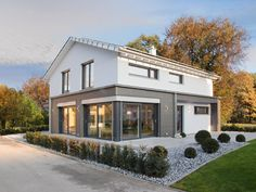 Musterhaus Ulm • Musterhaus von Fertighaus WEISS • Modernes Fertighaus mit großen Glasflächen und weitläufiger Raumplanung • Jetzt bei Musterhaus.net informieren!