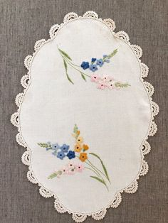Vintage Embroidered Table Linen, floral embroidery on oval linen, crochet lace trim, vintage tray cl Floral Embroidery Patterns, Crewel Embroidery, Embroidery Hoop Art, Hand Embroidery Designs, Embroidery Fashion, Embroidered Flowers, Lace Beadwork, Baby Knitting Patterns, Crochet Lace