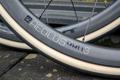 Bontrager Aeolus 3 Pro TLR carbonwielen. Niet te hoog, niet te laag, modern breed en scherpe prijs. Zie de volledige review op het blog! Bicycle Parts, Bike Stuff, Road Cycling, Swag, Modern, Trendy Tree