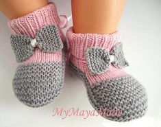 Child Knitting Patterns Pink and grey bow child booties socks measurement from Baby Knitting Patterns Supply : Rosa und grauen Bogen Baby Booties Socken Größe von by andreamichaelam Knit Baby Shoes, Booties Crochet, Crochet Shoes, Crochet Baby Booties, Knit Crochet, Knitted Baby, Plaid Crochet, Baby Knitting Patterns, Knitting For Kids