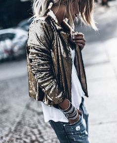 Distressed jeans with sequin jacket in a casual shape.very rock and roll. Party Fashion, Look Fashion, Fashion Outfits, Fashion Tips, Woman Outfits, Fashion Belts, Modest Fashion, Hijab Fashion, Fashion Brand