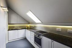 Siamo a Londra, in una casa piena di energia: il nuovo abbaino e i lucernari a soffitto riempiono di luce gli spazi di questa mansarda. L'intervento di ristrutturazione, che ha previsto il rifacimento parziale della copertura, ha dilatato lo spazio del soggiorno. Sfumature grigie per pavimenti e pareti. Dettagli in marmo di carrara per il …
