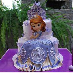 """""""Que lindo e difetente este bolo da Princesinha Sofia. RG: @repocreativa #ideiasdebolosefestas #ideiasdebolos #inspiracao #princesinhasofia…"""""""