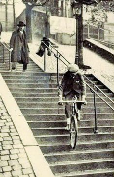 La rue Foyatier. Pierre Labrie, maire de la Commune Libre de Montmartre, descend les escaliers du funiculaire en vélo - 1922